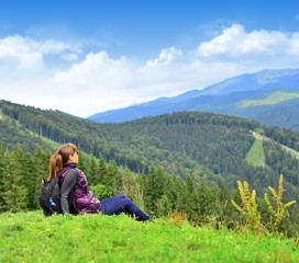 Девушка сидит на траве