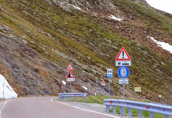 Verkehrszeichen in den Bergen