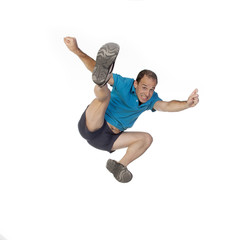 Hombre saltando en el aire sobre fondo blanco