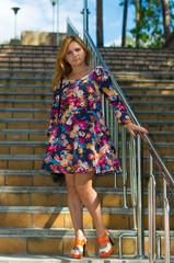 девушка в цветном сарафане на высоких каблуках