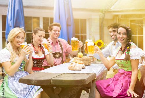 Gruppe im Biergarten