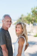 glückliches seniorenpaar im urlaub