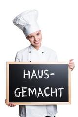 Köchin mit Hausgemacht-Hinweis