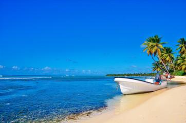 Пляж с лодкой