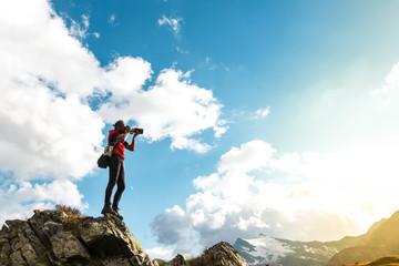 Fotografo al tramonto in montagna