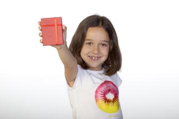 Cajita roja de regalo sostenida por niña