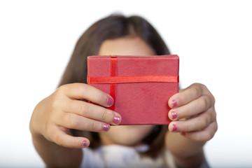 Cajita de regalo roja sostenida por niña