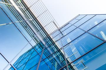 modernes Haus  - Bürogebäude und Spieglung