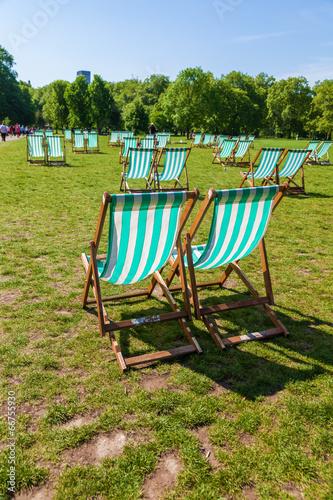 canvas print picture Liegestühle in einem Londoner Park