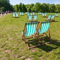 Liegestühle in einem Londoner Park