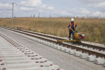 ouvrier fixant des rails