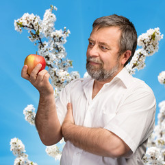 Middle-aged man holding a red apple