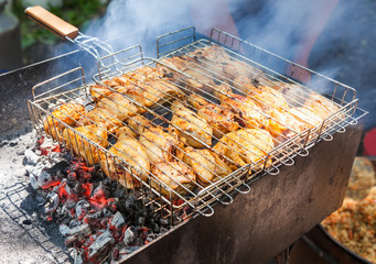 Preparation of chicken meat slices in sauce on fire