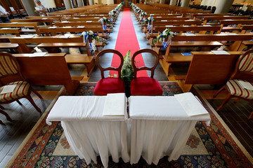 Panoramica di interno chiesa  preparata per un matrimonio