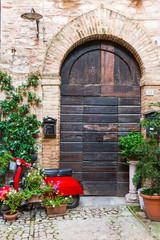 Elegante porta di legno con scooter