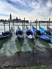 Красивый вид на Гранд Канал в Венеции. Гондолы стоят на причале.