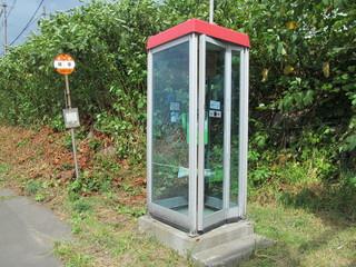 公衆電話とバス停