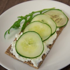 Crispbread with fresh cucumber and arugula