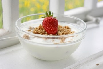 Crunchy musli (whole grain oats) served with fresh strawberry