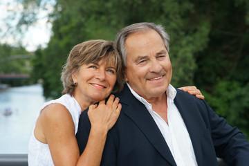 Elegantes älteres Paar am Wasser