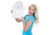 Wütende junge Frau isoliert: Konzept für Abnehmen und Diät