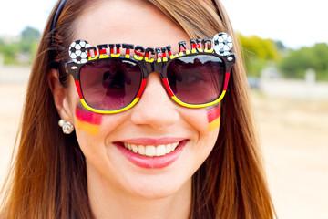 Junge Frau mit Deutschlandbrille