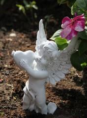 Die Liebe bleibt - Engel mit Herz auf Grab
