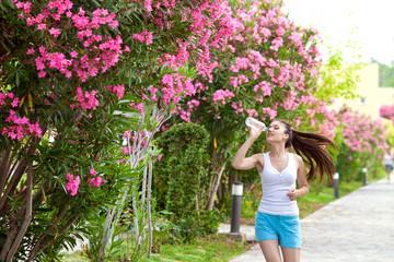Утренняя пробежка девушки в парке
