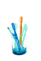 Farbige Zahnbürsten im Glas