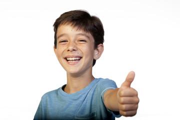 Niño de nueve años sonriendo y haciendo gesto de OK