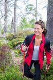 Lachende Sportsfrau beim Wandern