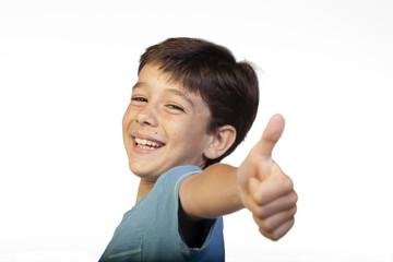 Niño contento haciendo gesto de OK