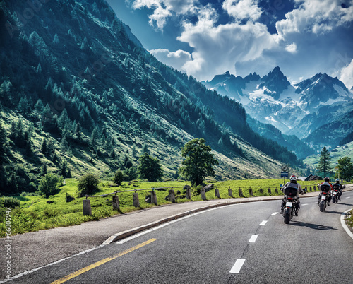 Papiers peints Motorise Motorcyclists on mountainous road