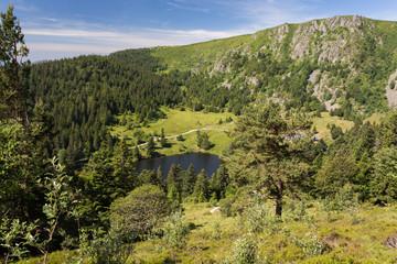 Lac en montagne, et falaises