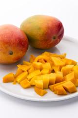 Mangos und in Würfel geschnittenes  Fruchtfleisch