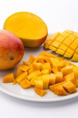 Mangos und aufgeschnittenes Fruchtfleisch