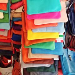 Viele Handtaschen aus Leder