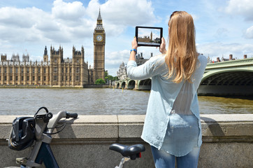 Big Ben on the screen of a tablet