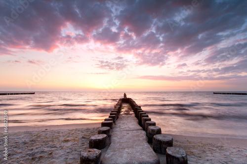Buhnen aus Holz beim Sonnenuntergang © Jenny Sturm