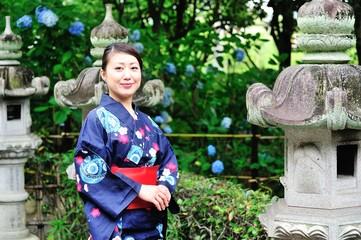 日本の古いお寺と着物を着た美しい女性