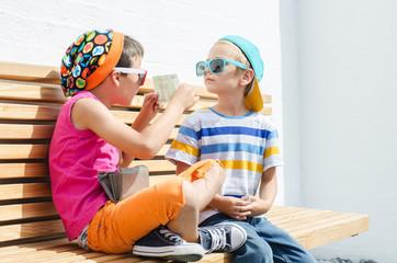 Kinder mit Geldschein