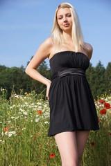 Hübsche Frau im Blumenfeld