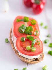 Eine Scheibe Brot belegt mit Tomaten