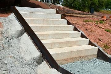 Steintreppe im Bau außen