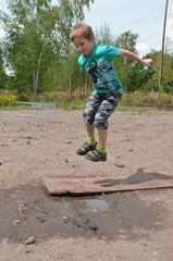 Kind hüpft und springt