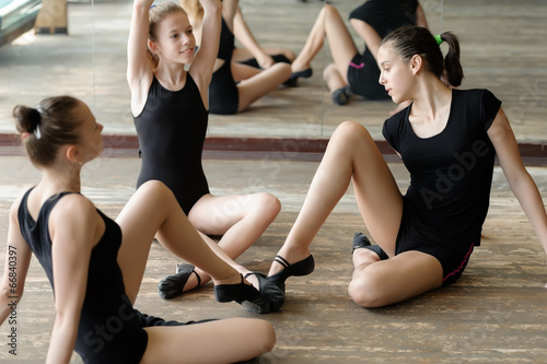 Foto op Canvas Dance School Three ballet dancers on the floor
