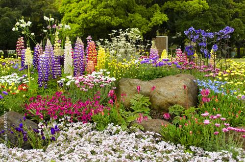 canvas print picture Buntes Blumenbeet im Garten