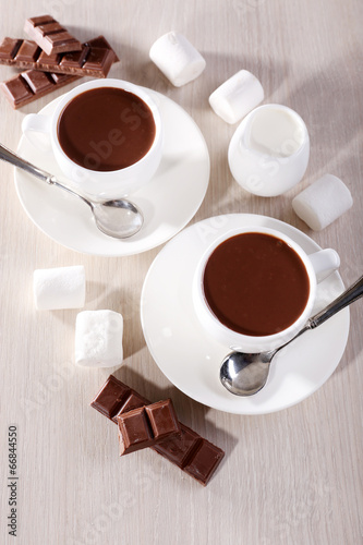 Fotobehang Koffiebonen Cups of hot chocolate on table, close up