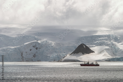Foto op Canvas Antarctica Antartica and Ship