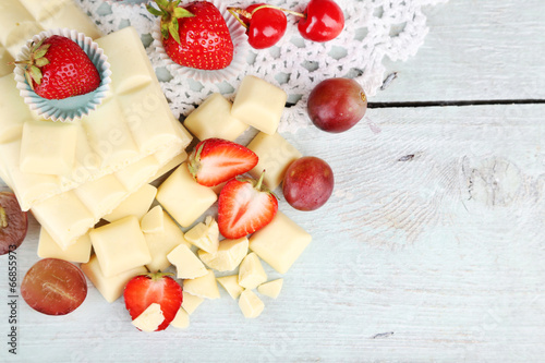 Leinwandbild Motiv White chocolate bar with fresh berries,